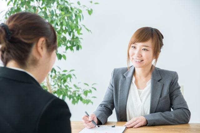 対面営業する女性の画像